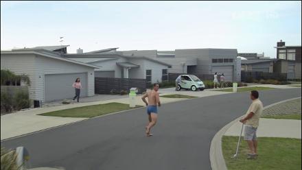 Alec Ross, Waimoana mahallesi ile tanışıyor