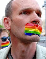 LGBT bireylerinin sembolü olan gökkuşağı bayrağı