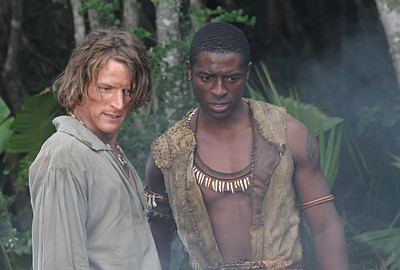 Philip Winchester (Crusoe) ve Tongai Arnold Chirisa (Friday)
