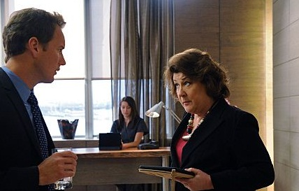 Micheal ve asistanı Rita (Margo Martindale)