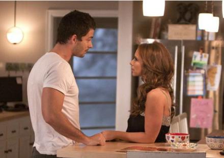 Riley (Jennifer Love Hewitt) ve kocası Kyle (Brian Hallisay)