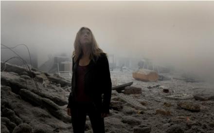 Sarah (Natalie Dormer) da Paul gibi rüyalarında herşeyin küle döndüğü kıyamet manzaraları görüyor