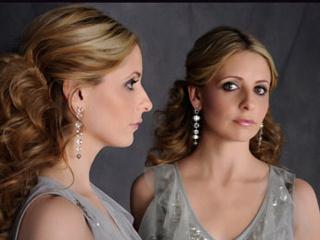 Sarah dizide Bridget Cafferty ve Siobhan Martin adlı ikiz karakterleri canlandırıyor.