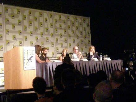 dexter ekibi comic-con panelinde soruları yanıtlarken